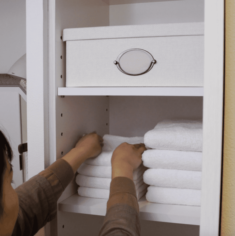 タオルの収納術。洗面台まわりの棚がシンプル&おしゃれに大変身