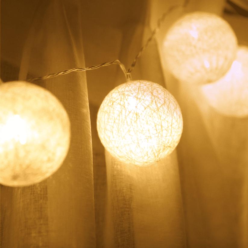 """ガーランドライトでかわいいインテリア。""""飾り方""""で印象を変えるには?"""