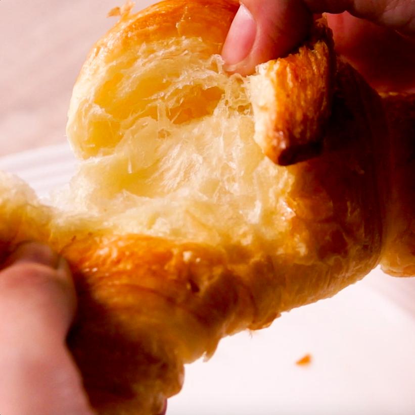【パン温めテク】冷えたパンを焼き立てに!食感アップでさらにおいしく